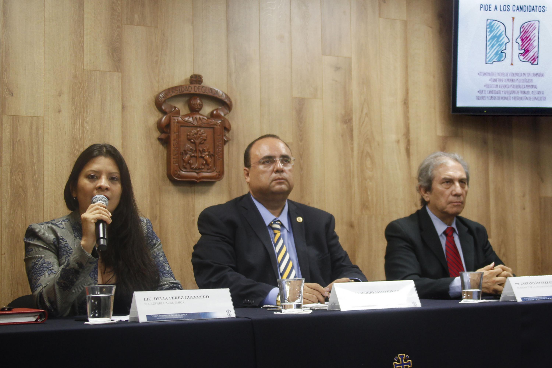 La licenciada Delia Perez hablo al microfono sobre las actividades por el Dia del Psicologo