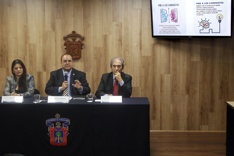 Los tres psicologos cerraron su presentacion con una invitacion a las actividades por el Dia del Psicologo
