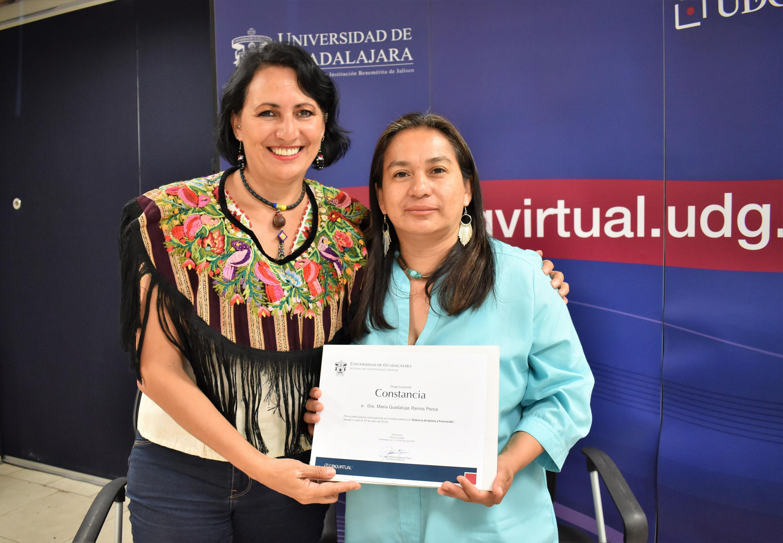 Entrega de reconocimiento a la doctora Guadalupe Ramos Ponce, investigadora del CUCiénega, por haber impartido la videoconferencia.