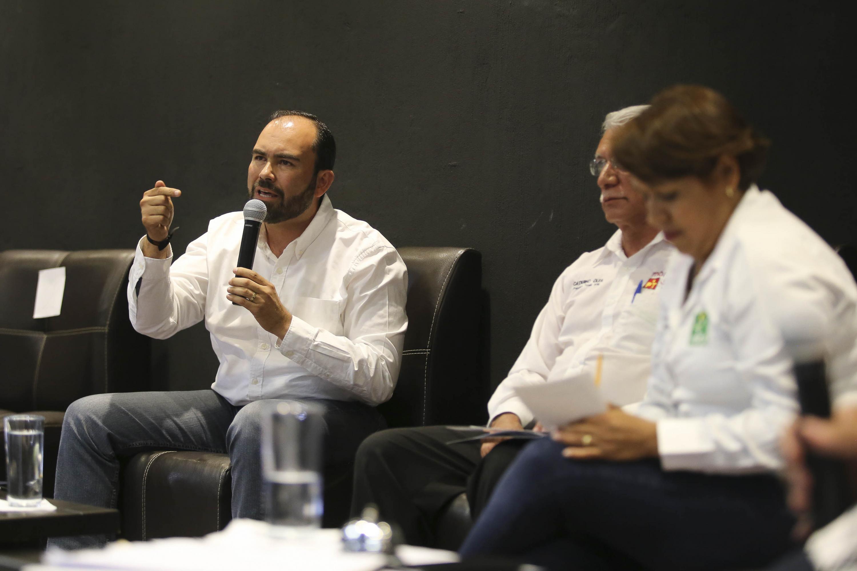 Arquitecto Juan Antonio González Mora, Candidato a la Presidencia Municipal de Tonalá por Movimiento Ciudadano, con micrófono en mano, haciendo uso de la palabra.