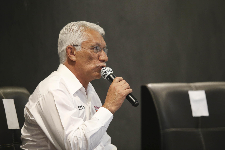 Catarino Olea Velázquez, candidato a la Presidencia Municipal de Tonalá por el Movimiento de Regeneración Nacional (Morena), en el Foro Universitario Nos van a escuchar , haciendo uso de la palabra.
