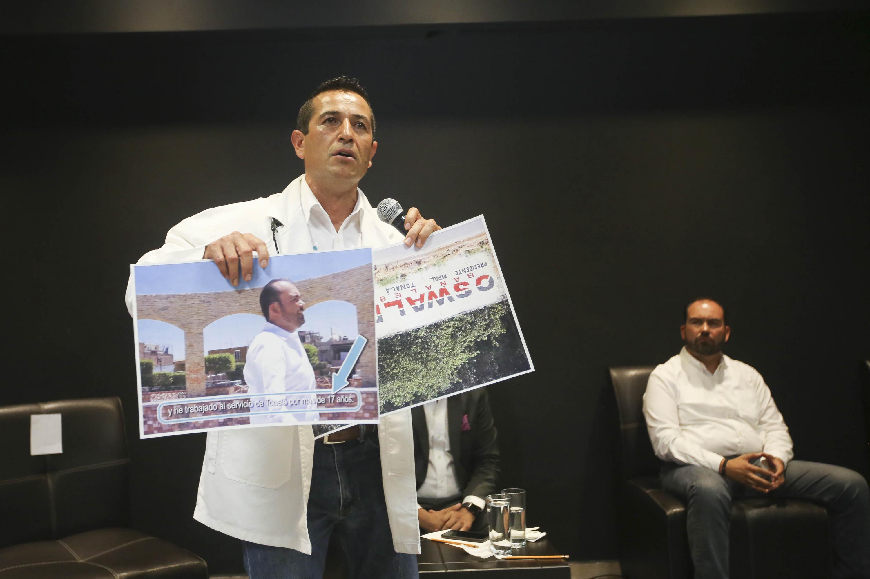 El Dr. Juan Manuel Pérez Suárez de Nueva Alianza, candidato a la Presidencia Municipal de Tonalá, mostrando fotografías del candidato  Juan Antonio González.