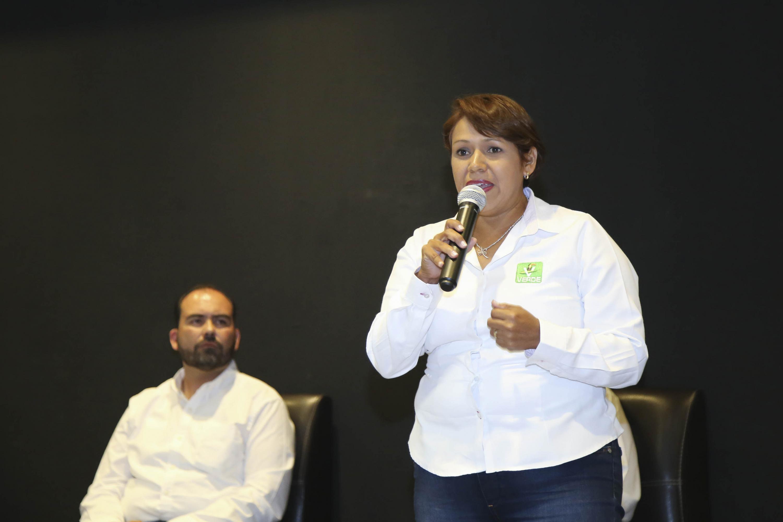 La Lic. Celia Guadalupe Serrano Villagómez, del Partido Verde Ecologista de México (PVEM), candidata a la Presidencia Municipal de Tonalá, respondiendo preguntas de los estudiantes.
