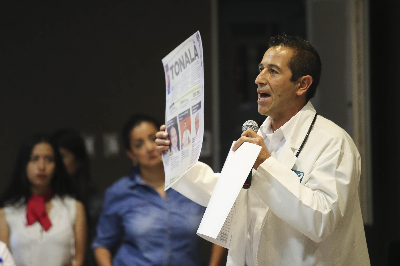 El Dr. Juan Manuel Pérez Suárez de Nueva Alianza, candidato a la Presidencia Municipal de Tonalá, mostrando evidencia acusatoria de los otros candidatos rivales.
