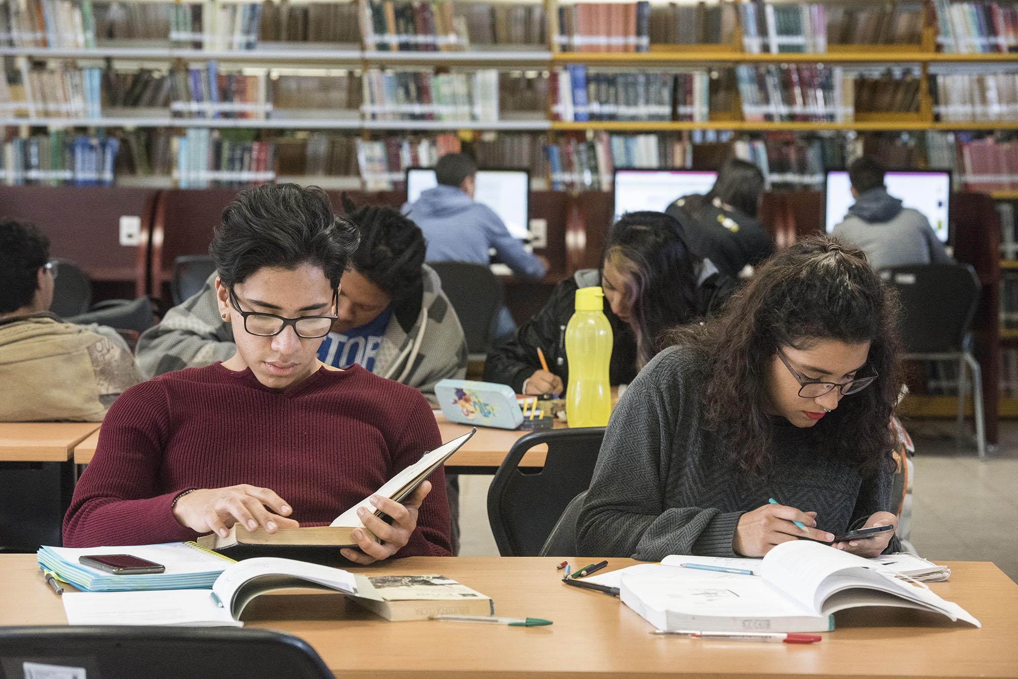 Alumnos de la Universidad de Guadalajara, estudiando en la biblioteca.