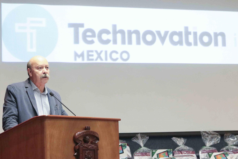 El maestro Javier Espinoza de los Monteros Cárdenas, Director General del SEMS presidio el evento