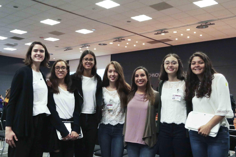 Las jovenes estudiantes del Technovation Challenge posaron al termino del evento