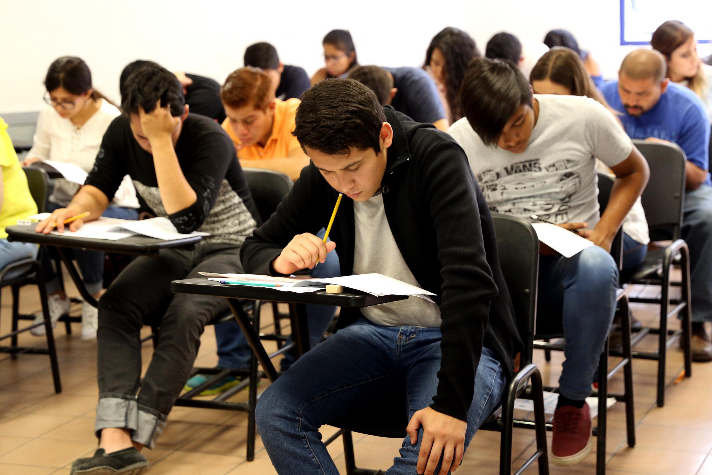 Aspirantes realizando examen de admisión para la Universidad de Guadalajara.