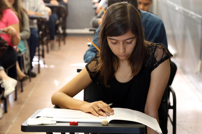 Aspirante a la Universidad de Guadalajara, concentrada en la realización del examen de admisión.