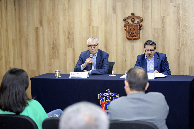 Doctor Luis Fernando Aguilar Villanueva y maestro José Alberto Castellanos Gutiérrez, participando en rueda de prensa.