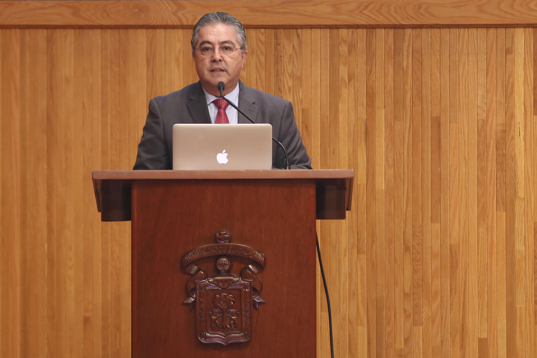 doctor Carlos Beas Zárate, Rector del CUCBA,  en podium del evento, presidiendo conferencia.