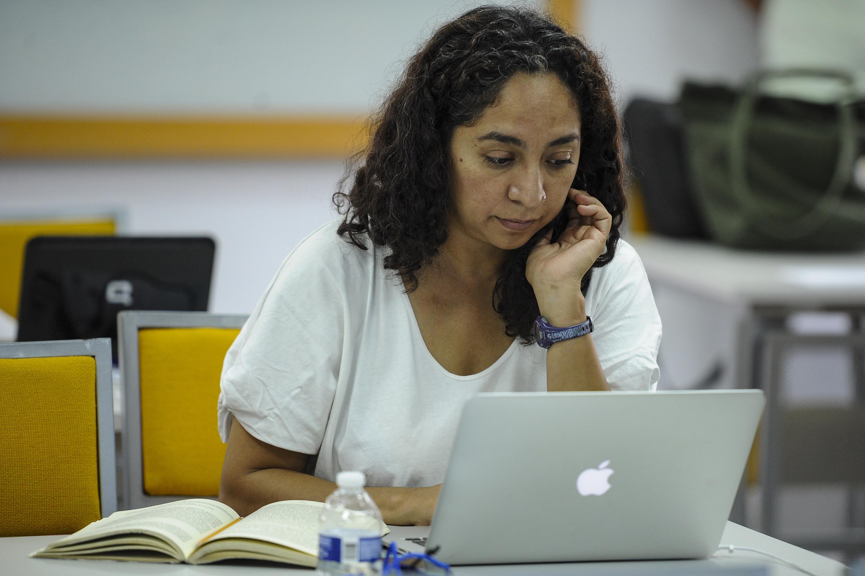 Una trabajadora administrativa de la UDG participa en el seminario con su laptop