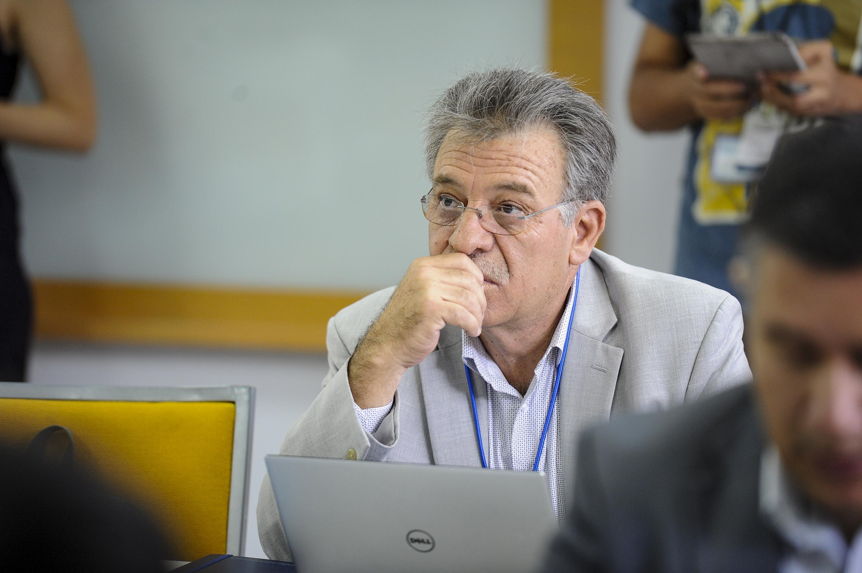 Una trabajador administrativo de la UDG escucha atentamente a los presentadores del seminario