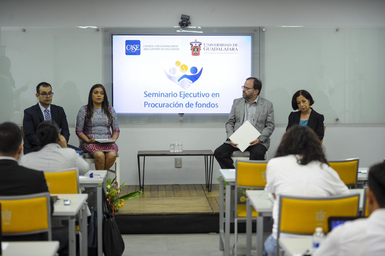El maestro Rubén García Sánchez de COPLADI UDG dió la bienvenida a los asistentes al seminario