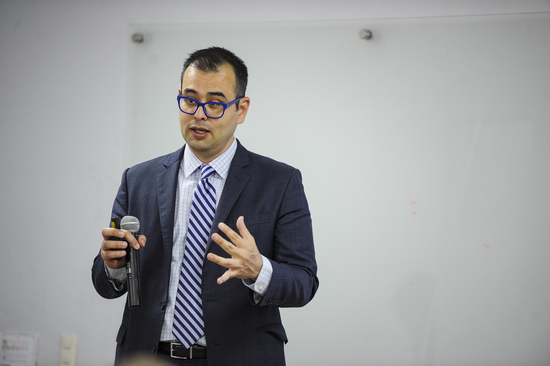 El doctor Jorge de los Santos es consultor de Sky Blue