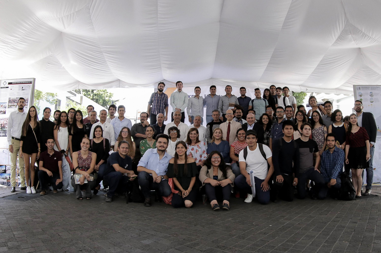 Foto Grupal de estudiantes del Centro Universitario de Arte, Arquitectura y Diseño  en Expo Urbanismo 2018