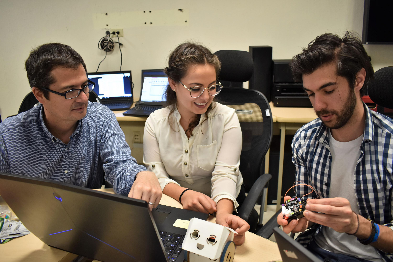 Doctor Jorge Carlos Sanabria Zepeda, responsable del Programa de Innovación de UDGVirtual, participando en el taller.