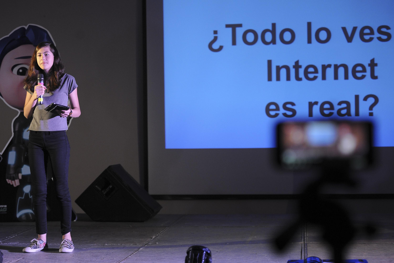 Mikaela de 14 años dio una charla sobre el ciberacoso en Papirolas 2018