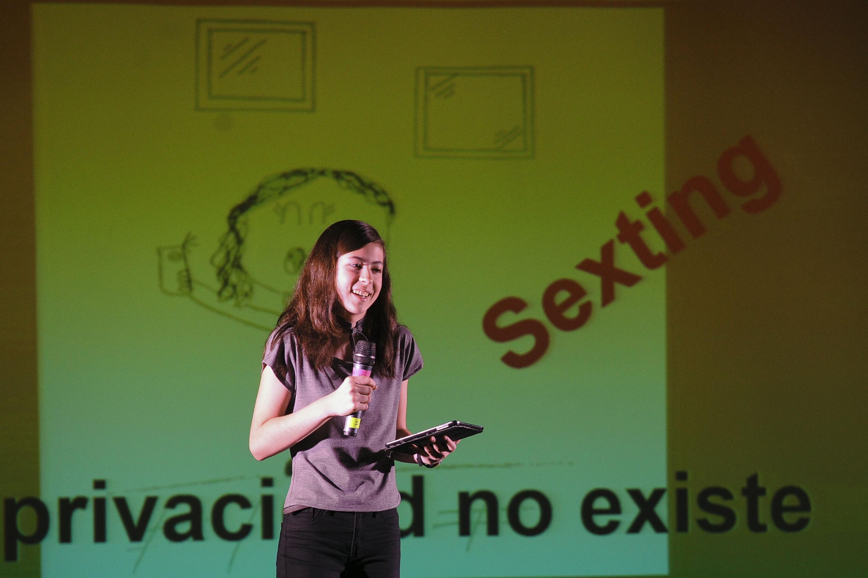 Mikaela Bekendam hablo a los adolescentes sobre el sexting y el robo de datos personales