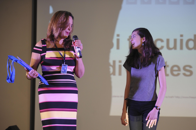 Micaela Bekendam  y su mamá desde el escenario de Papirolas 2018