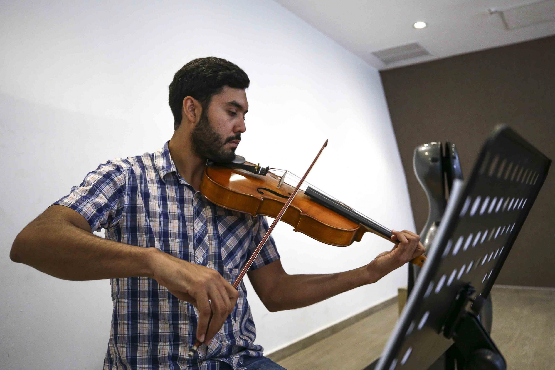 Miembro de la orquesta de cámara tocando el violín