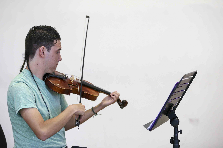 Miembro de la orquesta tocando el Violín