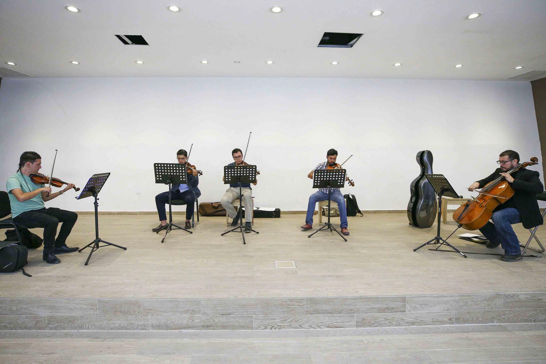 Miembros de la la orquesta de cámara y un cuarteto de cuerdas, conformados por estudiantes del Centro Universitario de Tonalá (CUTonalá) de carreras como Derecho, Historia del Arte, Medicina, ingeniería en Nanotecnología y Medicina