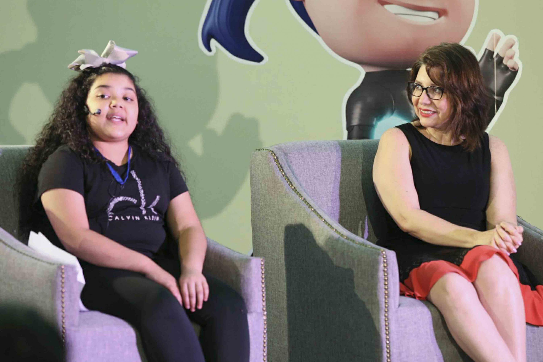 Valeria Gabriela Hernández, niña de 11 años, presidiendo el panel.