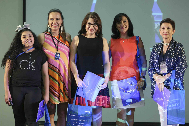 Marcela García Bátiz, Directora de Papirolas, entregando reconocimiento a las panelistas.