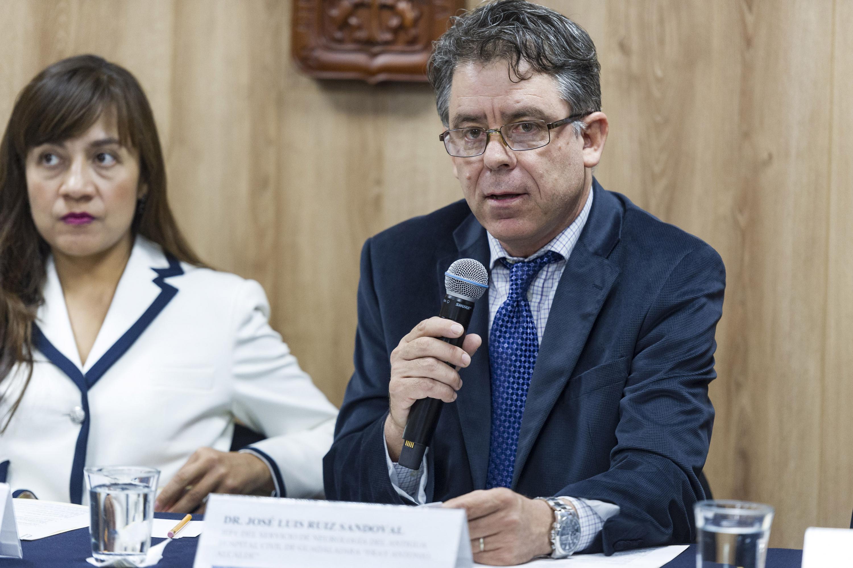 Doctor José Luis Ruiz Sandoval, jefe del Servicio de Neurología del hospital -Fray Antonio Alcalde-, con micrófono en mano haciendo uso de la voz.