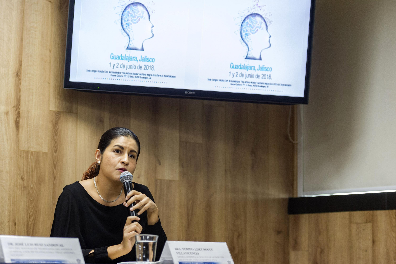 Doctora Yuridia Liset Roque Villavicencio, adscrita al Servicio de Neurología Adultos, del hospital -Fray Antonio Alcalde-, explicando los pormenores de la reunión.