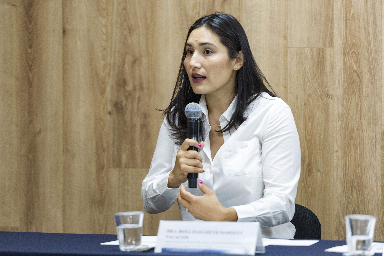 Doctora Rosa Elizabeth Márquez Palacios, neuróloga pediatra del HCG -Fray Antonio Alcalde-, frente al micrófono.