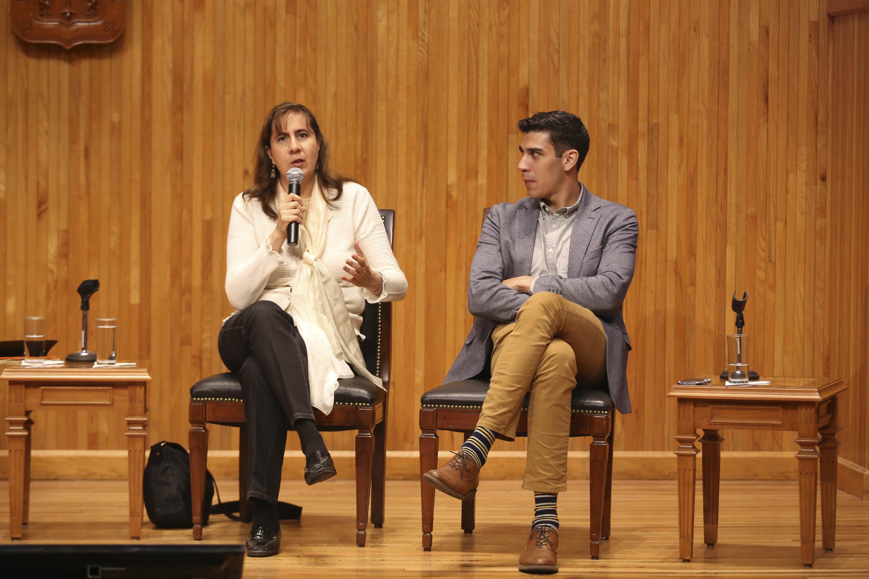 Licenciada Karina Durand Velasco, integrante de la mesa directiva del Consejo Internacional de Museos México (ICOM), con micrófono en mano, haciendo uso de la palabra.