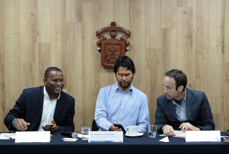 Profesores y estudiantes de la maestría y el doctorado en Movilidad Urbana, Transporte y Territorio, del Centro Universitario de Tonalá (CUTonalá) de la UdeG, durante rueda de prensa