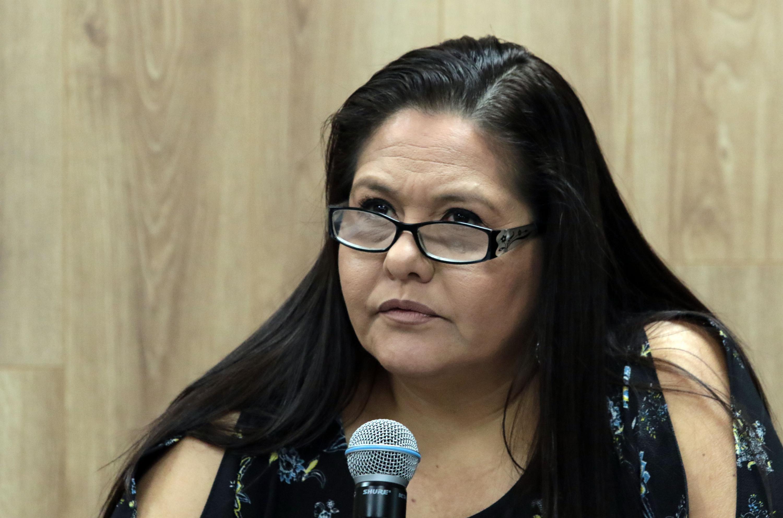 Maestra Martha Catalina Pérez González, Directora del Centro de Evaluación e Investigación Psicológica del CUCS, frente al micrófono haciendo uso de la voz.