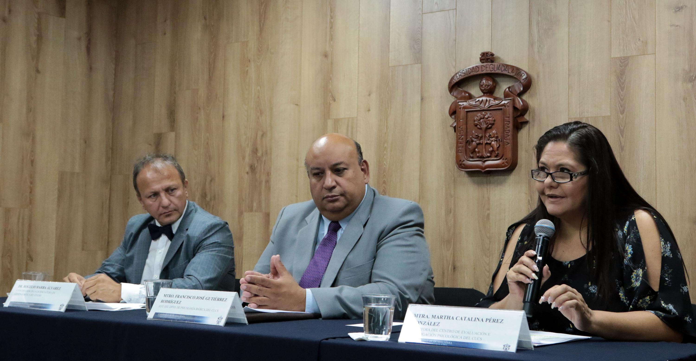 Autoridades representantes del Centro Universitario de Ciencias de la Salud (CUCS) y del Centro Universitario de Ciencias Sociales y Humanidades (CUCSH), impartiendo conferencia de prensa.