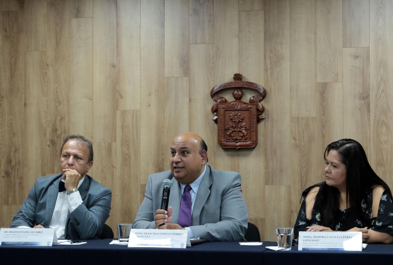 Maestro Francisco José Gutiérrez Rodríguez, Jefe del Departamento de Psicología Básica del CUCS, frente al micrófono.