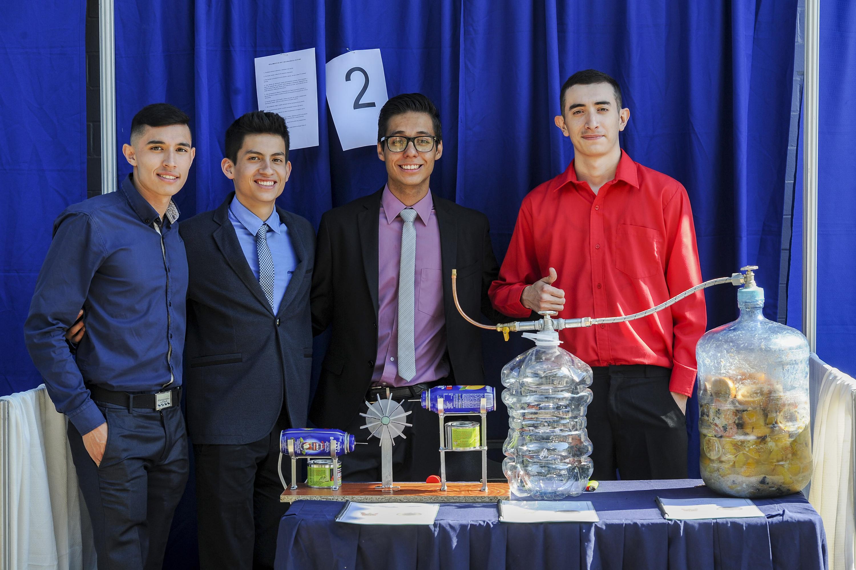 Estudiantes junto a su prototipo de biocaldera termoeléctrica