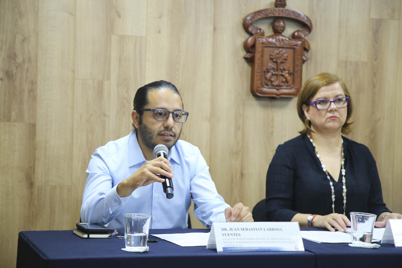 Doctor Juan Sebastián Larrosa Fuentes, profesor investigador en UDGVirtual, haciendo uso de la palabra durante rueda de prensa