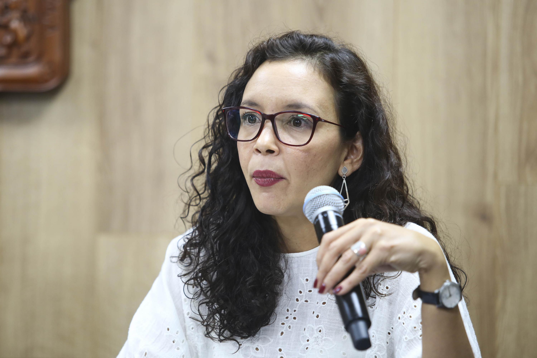 Doctora Janny Amaya Trujillo, profesora investigadora de UDGVirtual, haciendo uso de la palabra durante rueda de prensa