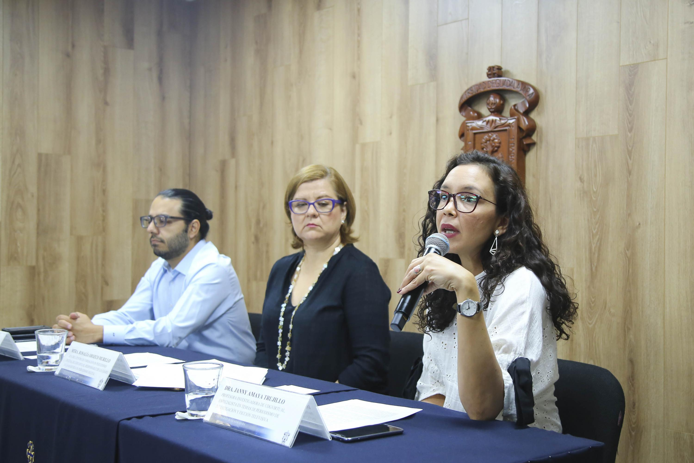 Doctora Janny Amaya Trujillo, profesora investigadora de UDGVirtual, hablando frente al micrófono durante rueda de prensa