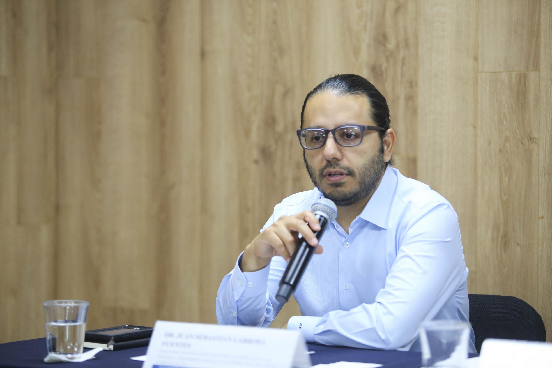 Doctor Juan Sebastián Larrosa Fuentes, profesor investigador en UDGVirtual, hablando frente al micrófono durante rueda de prensa