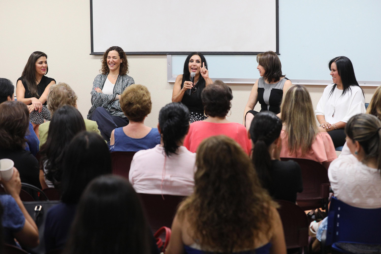 """Panelista haciendo uso de la palabra durante el panel """"Mujeres inspirando Mujeres"""", realizado en la Universidad del Valle de Atemajac (UNIVA)"""