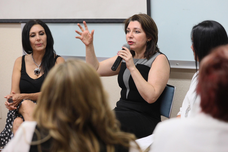 """Doctora Carmen Enedina Rodríguez Armenta, Vicerrectora Ejecutiva, participando en el panel """"Mujeres inspirando Mujeres"""", realizado en la Universidad del Valle de Atemajac (UNIVA)"""