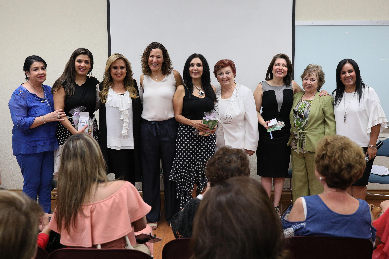 """Panelistas participantes en  el panel """"Mujeres inspirando Mujeres"""", realizado en la Universidad del Valle de Atemajac (UNIVA)"""