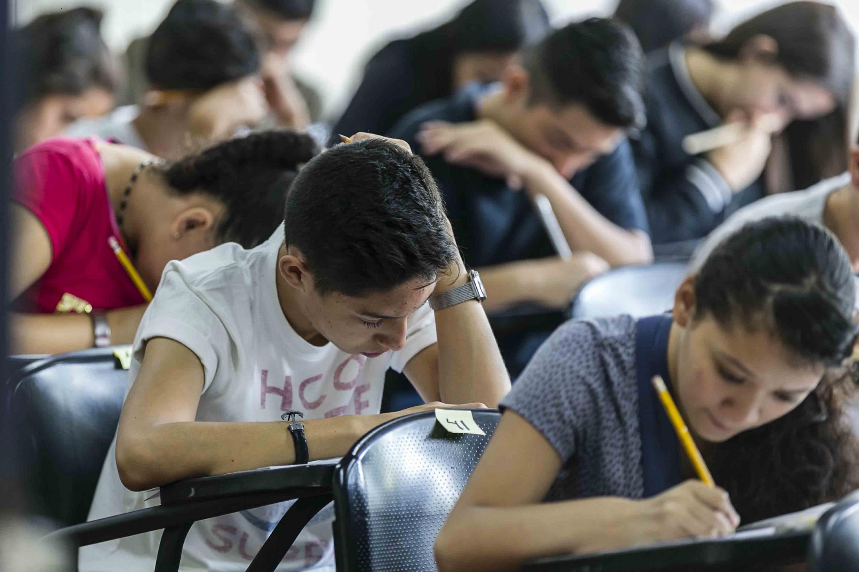 Jóvenes aspirantes a preparatorias de la Universidad de Guadalajara, realizando el examen de admisión -Piense II-