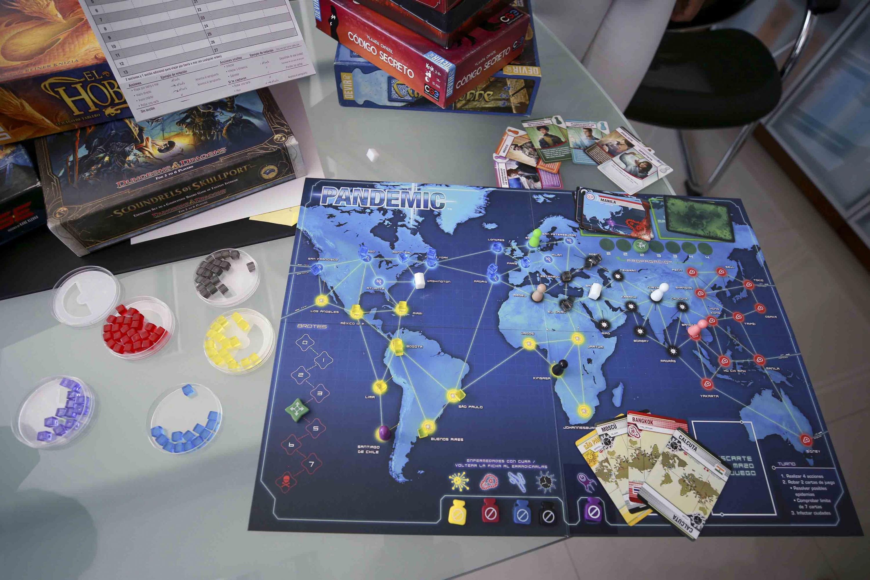 Juego de mesa -Pandemic-, cuya temática es una epidemia que se dispersa por el mundo y los participantes tienen que crear una estrategia para vencer el virus.