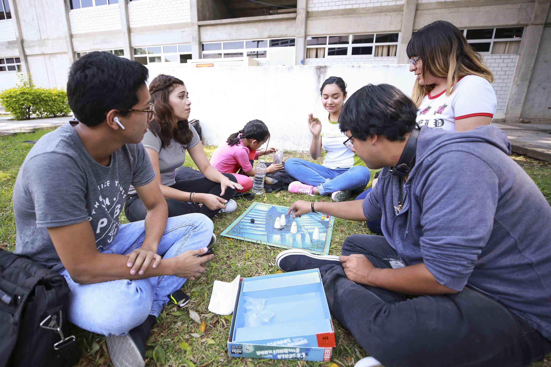 Estudiantes del Centro Universitario de Ciencias de la Salud (CUCS), jugando el juego de mesa -La escalera embrujada-.