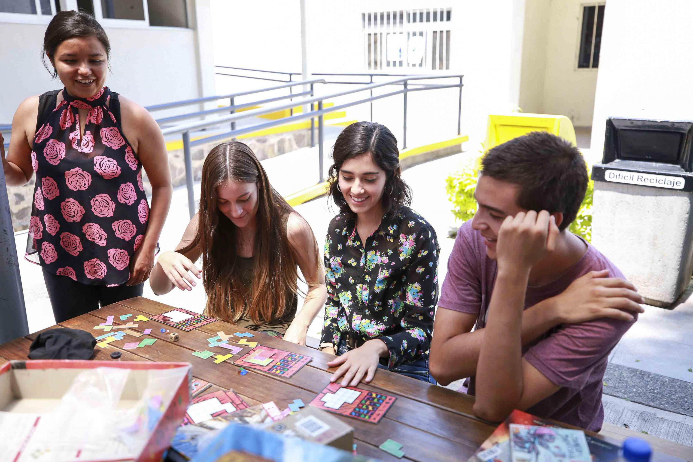 Estudiantes del Centro Universitario de Ciencias de la Salud (CUCS), participando en las actividades del programa -Juega CUCS-.
