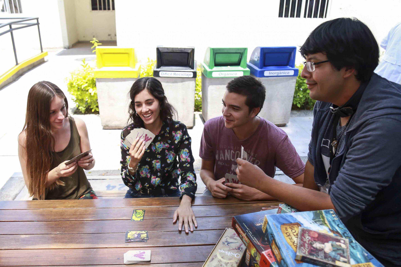 Cuatro estudiantes del Centro Universitario de Ciencias de la Salud (CUCS), utilizando los  juegos de mesa.